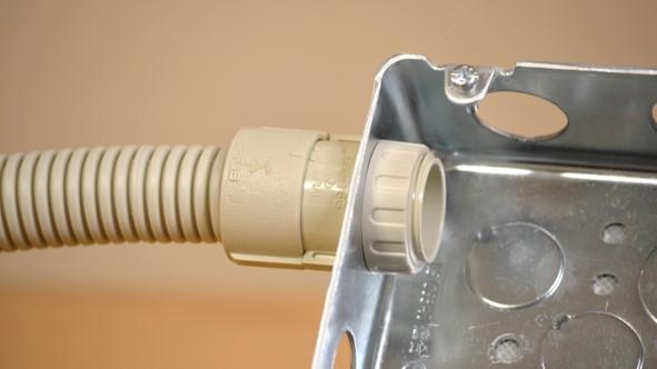 合成樹脂製可とう電線管の取り付け